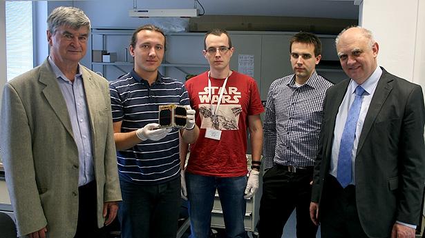 Od lewej: prof. Piotr Wolański (PW, koordynator projektu), Maciej Urbanowicz z PW-Satem w rękach (PW, koordynator projektu), Tomasz Szewczyk (CBK PAN, główny elektronik), Marcin Dobrowolski (CBK PAN), prof. Marek Banaszkiewicz (Dyrektor CBK PAN).