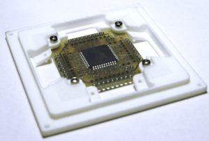 Płytka SunS-a w obudowie wydrukowanej w technologii 3D.