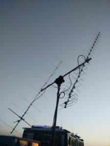 Antena stacji naziemnej na gmachu wydziału EiTI