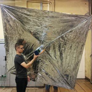 Prototyp żagla deorbitacyjnego wraz z modelem satelity PW-Sat2
