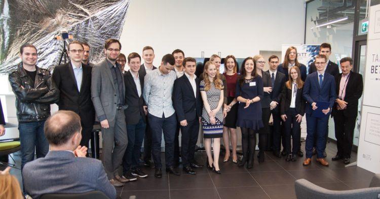 Zespół PW-Sat2 po podpisaniu kontraktu na wyniesienie satelity w kosmos. Fot. Katarzyna Ciechowska (PW-Sat2)