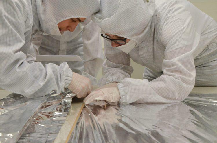 Prace nad żaglem deorbitacyjnym PW-Sata2 w cleanroomie Laboratorium Centralnego CEZAMAT PW. For. PW-Sat2