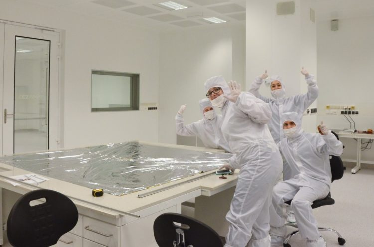 Członkowie projektu PW-Sat2 (zespół Deployment Team) podczas prac nad wersją inżynieryjną żagla deorbitacyjnego. Fot. PW-Sat2