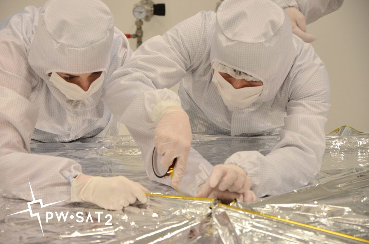 Prace nad żaglem deorbitacyjnym w Laboratorium Centralnym Cezamat PW. Fot. D. Roszkowski/PW-Sat2