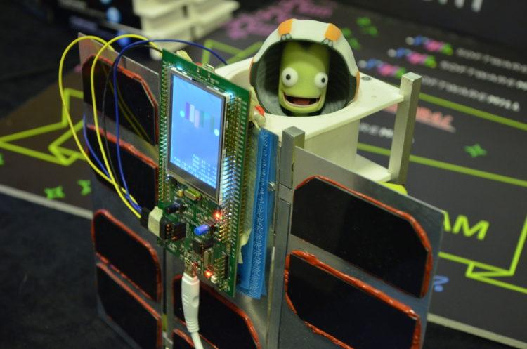 Symulator satelity PW-Sat2 i kontroler do gry skonstruowany we współpracy z Softwaremill. (Confitura 2015)