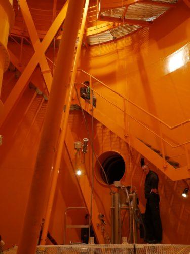 Przygotowywania do zrzutów żagla deorbitacyjnego wewnątrz Drop Tower w Bremie.