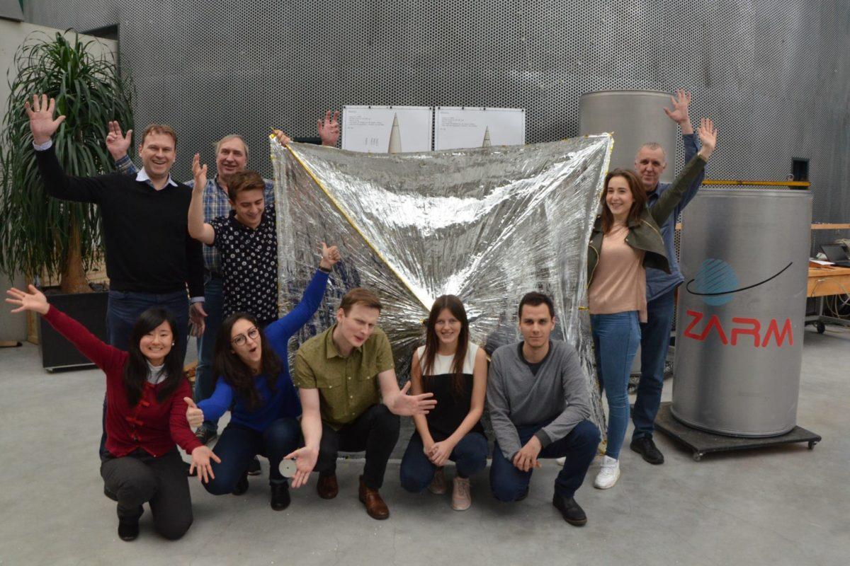 Zespół PW-Sat2 wraz ze specjalistami z Drop Tower po udanych testach żagla deorbitacyjnego w listopadzie 2017 r.
