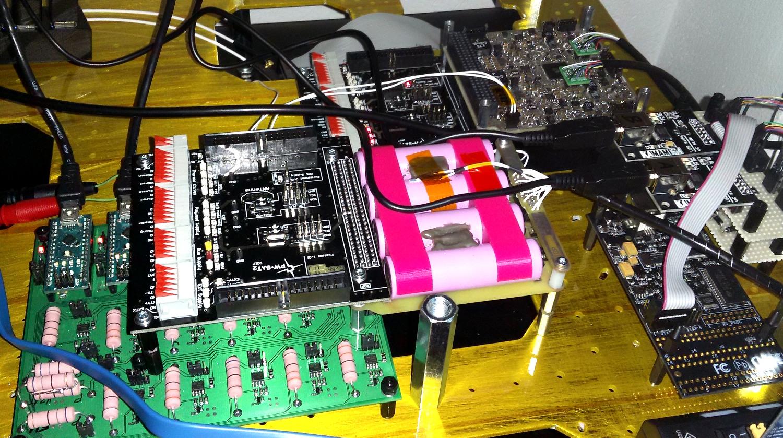 Model EM2 podczas testów na FlatSat wraz z EGSE