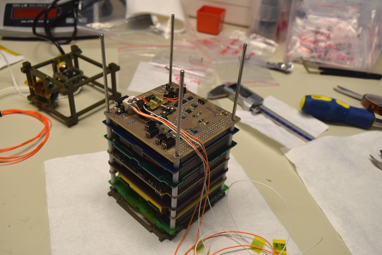 Integracja PW-Sat2 - płytka Payloadu od strony mechanizmu otwierania paneli słonecznych