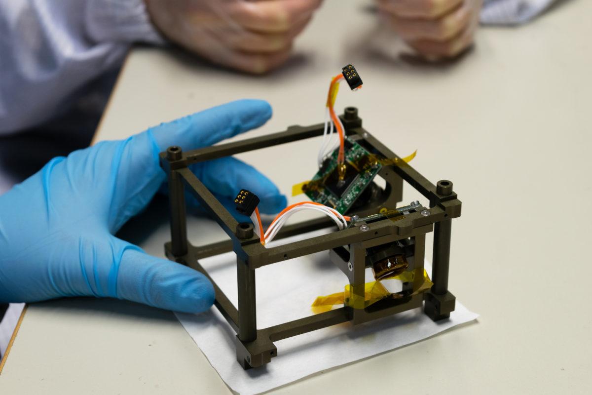 Kamery na pokładzie satelity PW-Sat2 przymocowane są do specjalnej struktury pomiędzy zasobnikiem a płytkami elektronicznymi.