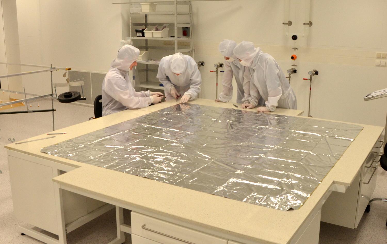 Integracja żagla deorbitacyjnego   PW-Sat2 w cleanroomie CEZAMAT