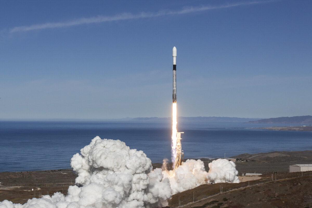 Start rakiety Falcon 9 z misjąSSO-A z bazy Vandenberg w USA